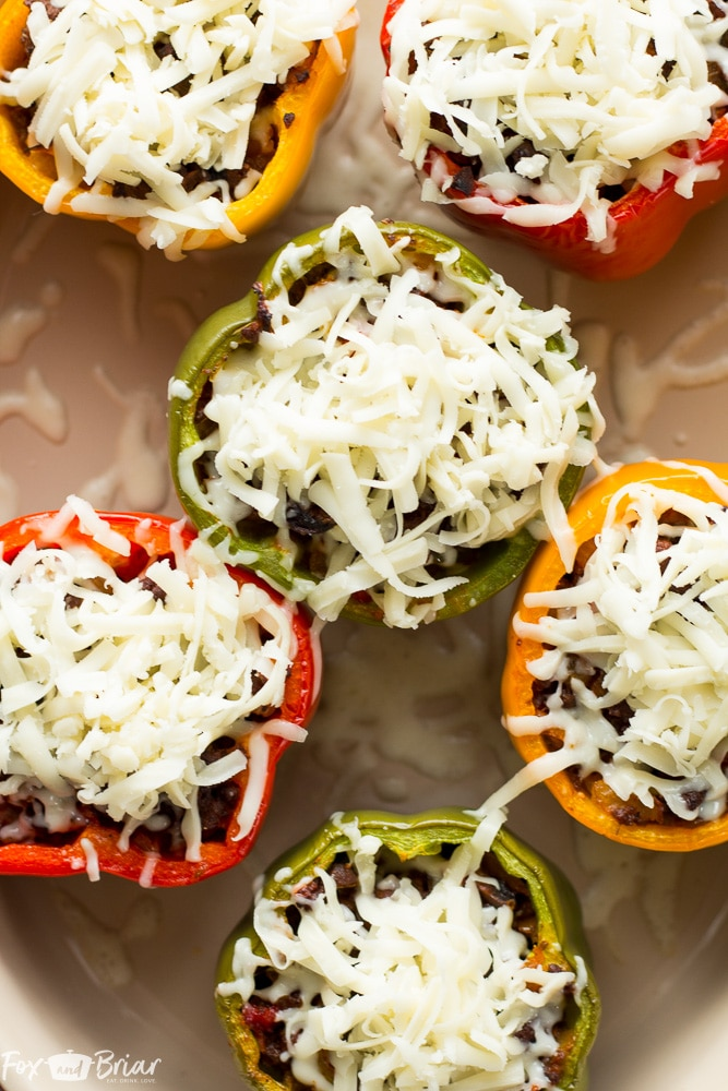 These Pizza Stuffed Bell Peppers have the flavors of my favorite pizza, but without the carbs! |Stuffed bell peppers | Low Carb Dinner | Easy Dinner | Healthy Dinner