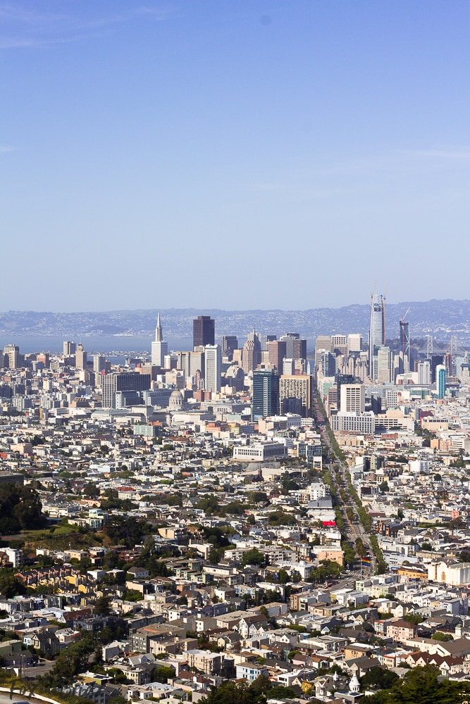 View of San Francisco from Twin Peaks. What to do and where to eat in San Francisco. The Ultimate Weekend Travel Guide! How to spend a 3 day weekend in San Francisco | Best places to eat in San Francisco | tourist attractions San Francisco | Weekend trip to San Francisco | Things to do in San Francisco | Underrated things to do in San Francisco