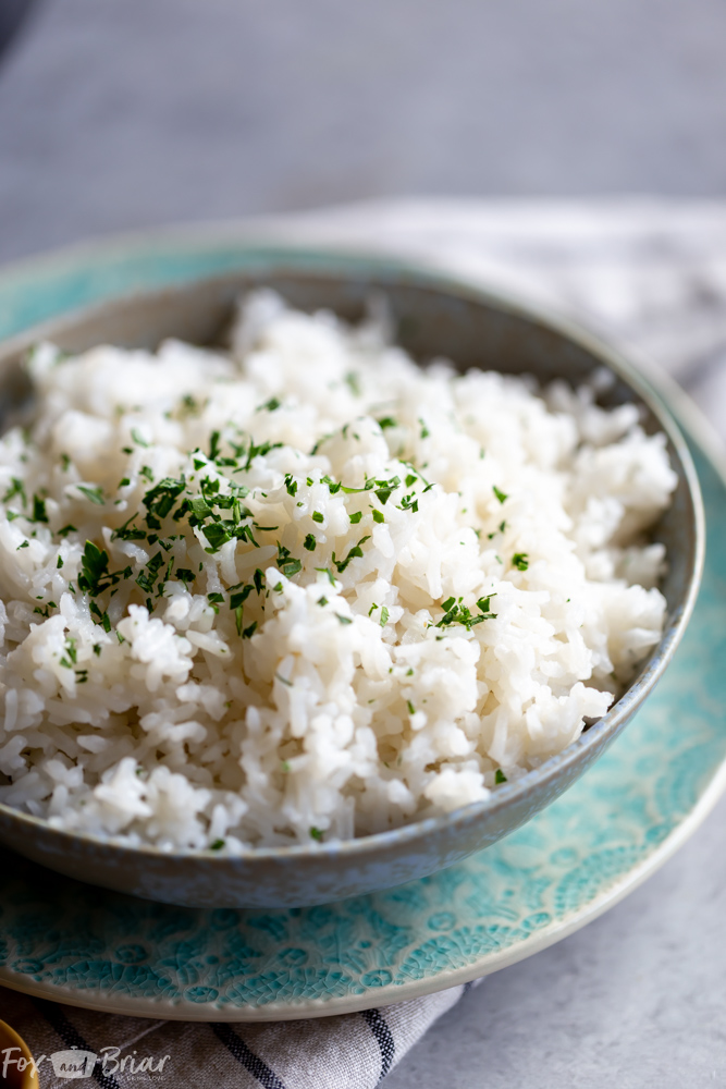 This easy coconut rice makes the perfect side dish for stir fries, curries and more! | Jasmine coconut rice | Coconut Rice recipe | Thai Coconut Rice | Side dish