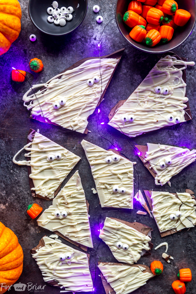 Mummy Bark - This Easy Halloween Recipe is only three ingredients and makes a cute Halloween treat perfect for kid's parties or giving as gifts! Halloween candy recipe | Cute Halloween Recipe | Not gross | Kids Halloween Recipe | Halloween dessert | Halloween ideas | You've been booed