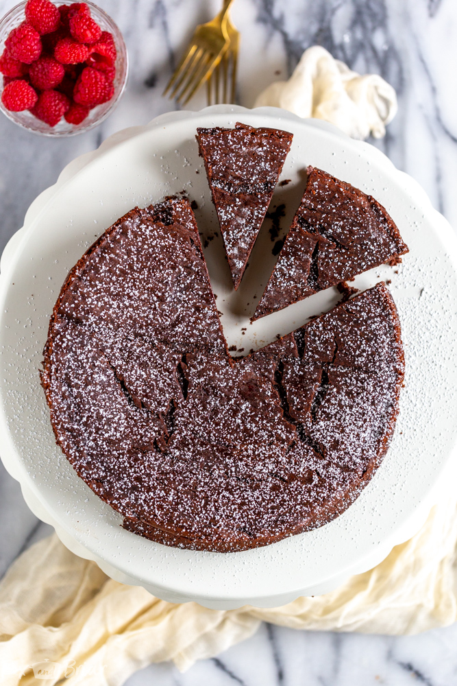 The Best Flourless Chocolate Cake Recipe! This flourless chocolate cake is a wonderful gluten-free dessert recipe, but you don't have to be gluten-free to enjoy this rich and chocolatey cake! | Easy flourless chocolate cake | Chocolate desserts | Gluten Free Desserts | Valentine's Day recipes | Romantic Recipes | Fancy Desserts | Fancy and Easy