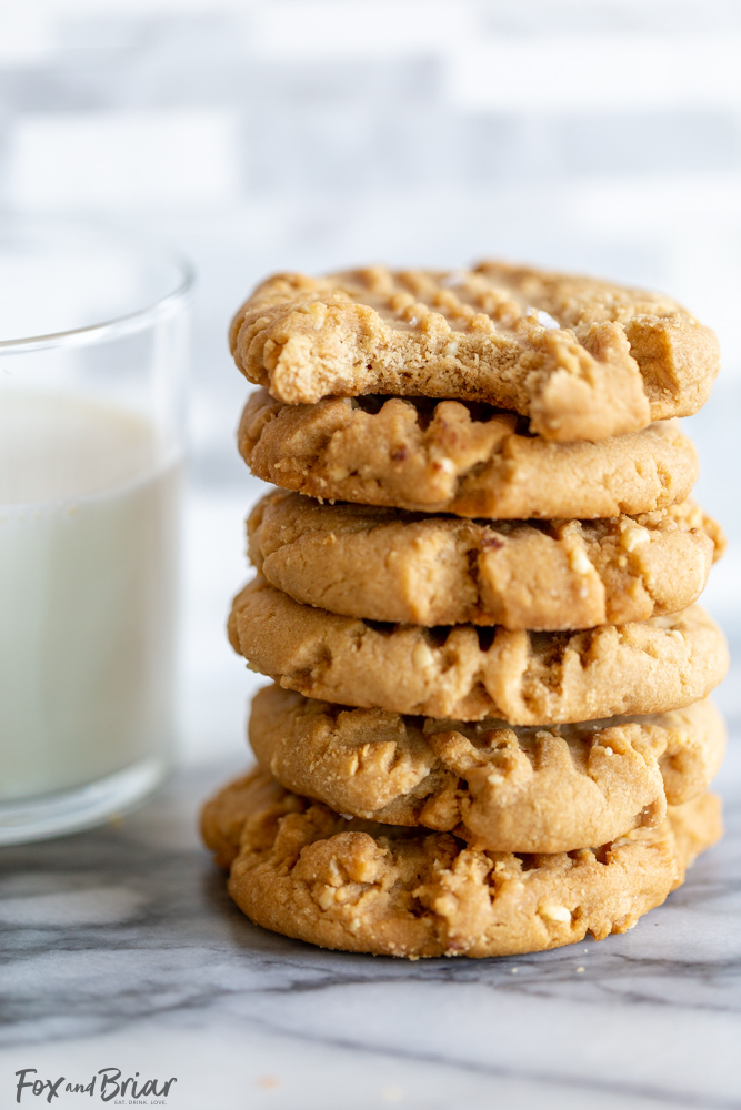 These Easy Peanut Butter Cookies are soft and chewy, and full of peanut butter flavor!  Read on to see how to make the best homemade peanut butter cookies! Peanut butter recipe | Homemade peanut butter cookies | soft peanut butter cookie | chewy | Easy | Recipe | Classic pb cookies | Simple