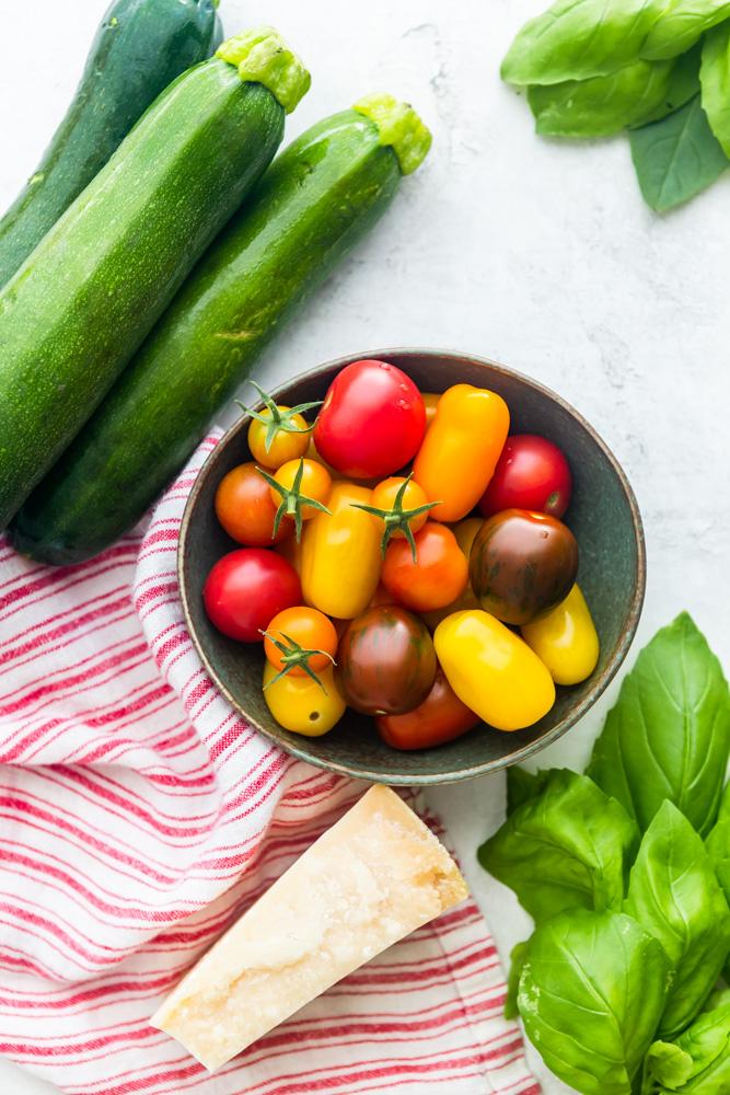 Zutaten für das Gericht: Zucchini, Tomaten, Basilikum, Pasrmesan